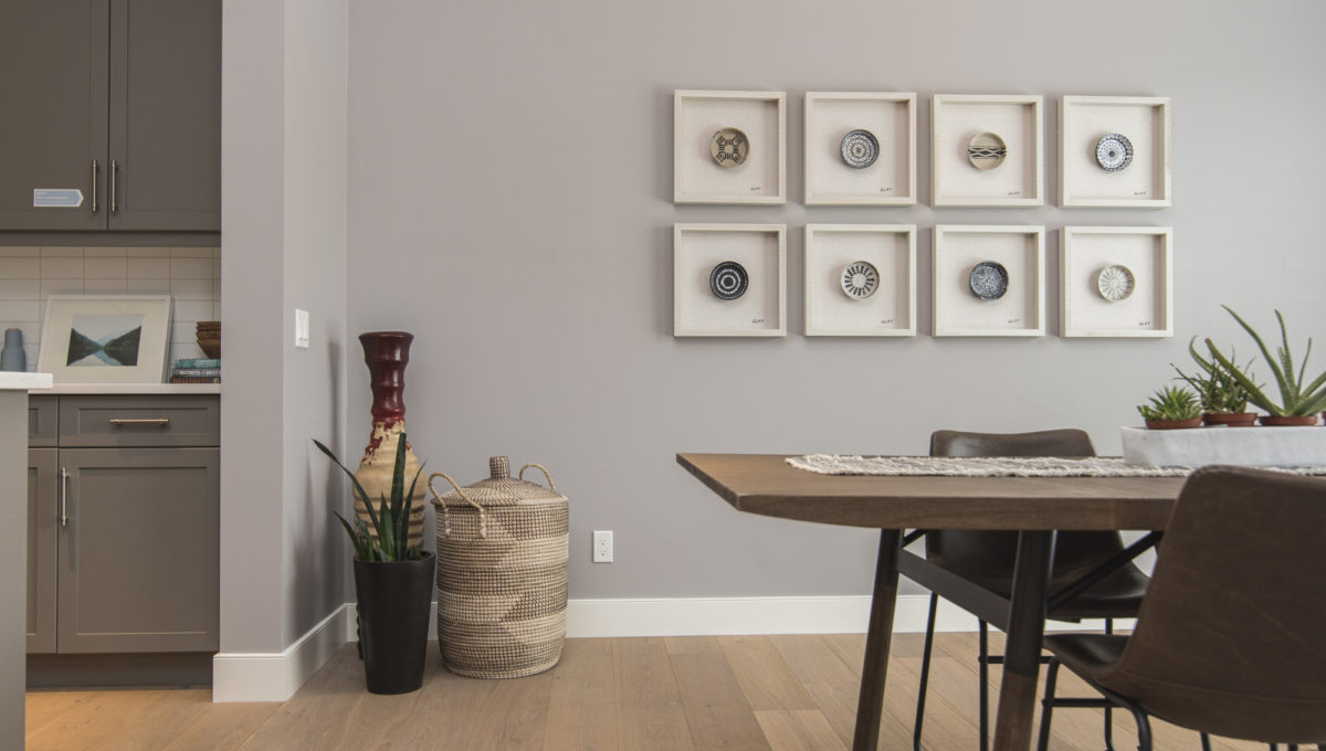 interior-shot-modern-house-dining-room-with-art-wall (2)